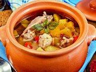 Печено пилешко филе в глинено гювече или гърне с гъби, картофи и къри на фурна